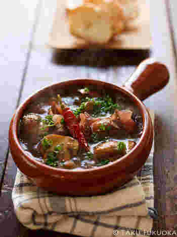 オイルでコトコト煮込んで具材の旨味を引き出すスペイン料理のアヒージョ。ホタルイカとマッシュルームの旨味が凝縮されたアヒージョはバケットにつけて召し上がってみてくださいね。