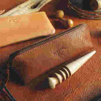 大人のペンケースはやっぱりレザー製で。上質な革は触り心地もよく、使う楽しみがあります。長年使うことで風合いが変わり、自分色になっていくのもいいですね。