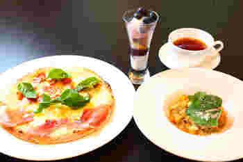 ランチセットは、パスタ3種類またはピザ4種類からセレクト。食後には、季節のデザートorコーヒーor紅茶が付きます。他にも、ステーキセットもありますよ。