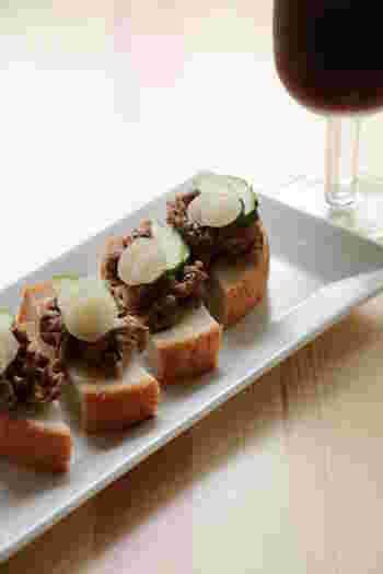 牛肉とらっきょうという意外な組み合わせのタルティーヌ。ごま油で炒めた牛肉にしっかりと味がつけているので、ビールが進むレシピです。