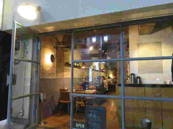 知る人ぞ知る代々木上原の人気店「gris」。いつも賑わう店内からは楽しい時間を過ごすお客様の笑いが聞こえてきます。 ガラス張りの外観から店内の様子をのぞくことができるので、初めての人も訪れやすいそう。