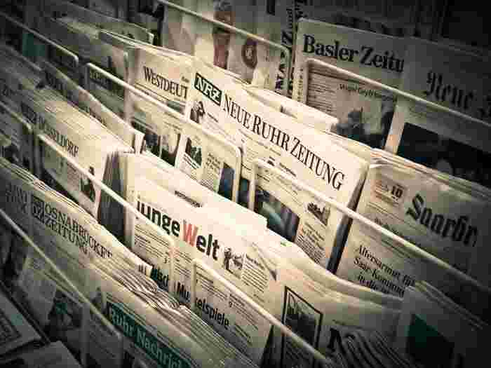 新聞を取っていてもいなくても、毎日同じ新聞でなくても構いません。逆に色々な新聞を比べてみると、その新聞社の傾向や、意思などが比較出来て、ますます面白くなるのでおすすめです。自分の好みの新聞がみつかるかもしれません。