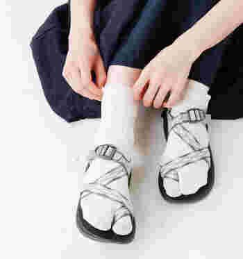 しっかりした作りのスポーツサンダルは、足袋ソックスの粋な雰囲気にまけず、魅力を生かすことができます。はき心地のよさがメリットの靴下でしたが、今はあえて見せるのがおしゃれです。