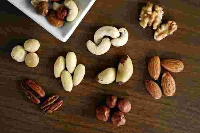 アーモンド、くるみ、松の実、カシューナッツ、マカダミアナッツなど、好みのナッツを砕いてトッピング。単品でもいくつか混ぜても美味しくいただけて食感もアップします。