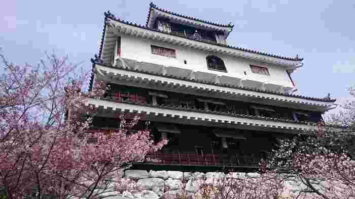 下階より上階が大きい「桃山風南蛮造り」の山城が特徴で、横山に築城されたことから別名「横山城」と呼ばれています。