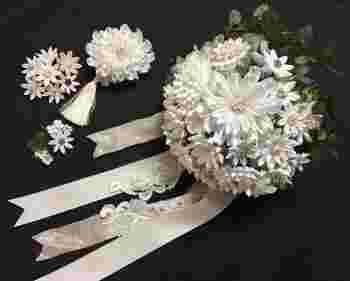 和にも洋にもしっくり合うのがつまみ細工の魅力ですね。 実際、白打掛や色打掛、ウェディングドレスなど色々なスタイルでオーダーされる方が多いのだとか。