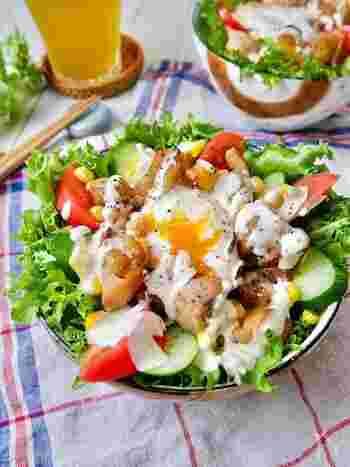 レンジとトースターで作った焼き鳥に、シーザーサラダを合わせてどうぞ。意外な組み合わせですが、これがまた絶品なんです。温泉卵もレンジで簡単に作れますよ。一皿でお肉と野菜がたっぷりとれるのでおすすめです。