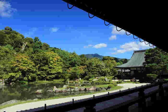 【世界遺産「天龍寺」の『曹源池庭園』。池の周囲をめぐる「池泉回遊式庭園」で、周囲の景色を取り込んだ「借景式庭園」でもあります。日本最初の史跡・特別名勝に指定されています。】