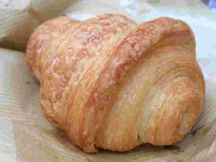 「365日」のクロワッサンはちょっと変わった形をしています。 さくっとした食感に、食欲をそそるバターの香りが最高です。 おやつの時間にぴったりですよね。