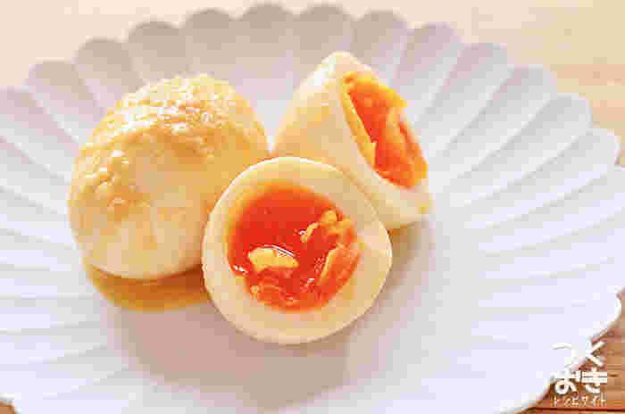 味噌で味付けするちょっと変わった煮卵は、一度食べたらやみつきに♪アルコールを飛ばした煮きりみりんと味噌を混ぜて卵に揉みこみます。粕漬けっぽい味付けで、おつまみやお弁当のおかずにもおすすめ◎。