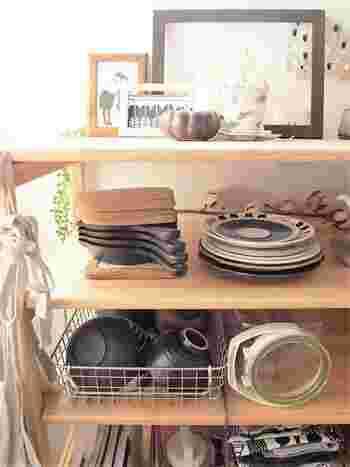 ワイヤーカゴは、普段よく使うものや見せる収納にお役立ち。毎日使うご飯茶碗などをいれるのもいいですね。