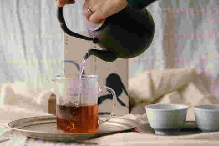 「見た目がきれい」、「ブレンドが絶妙」など、お茶の種類は本当に豊富で個性的。いつもと少し違うお茶を選ぶだけで、普段のティータイムも特別なひと時に変わるはずです。ぜひいろんなお茶を試してみて下さいね。