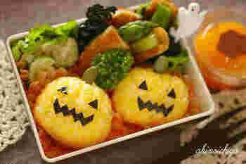 黄色のおにぎりは、ジャック・オ・ランタンにぴったり。粉末タイプの酢飯の元「すしのこ」と裏ごししたゆで卵の黄身をご飯に混ぜて作ります。かぼちゃの茎はパンプキンシードですが、アスパラや枝豆で代用しても◎。