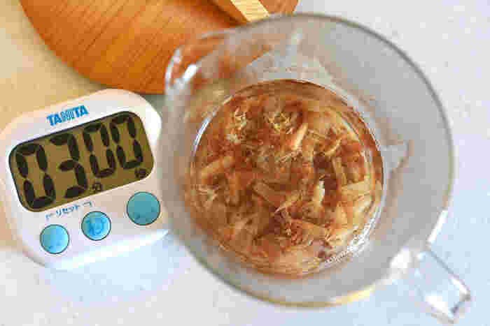 まずは、熱湯をかけるだけの簡単な方法から。 鰹節4gに熱湯200mlを注いで3分。風味が飛ばないように蓋をしておきましょう。