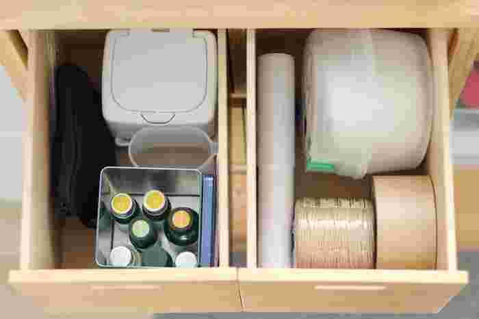 ざっくり収納でOKとはいえ、ジャンルの異なるモノを一か所に入れていては、使い勝手がいいとは言えません。最低限、用途別やシーン別に分けて収納するのが、リビング収納を上手く使いこなすコツ。荷物を梱包するときに使うもの、アロマディフューザーを使うときのもの、という具合にグルーピングします。