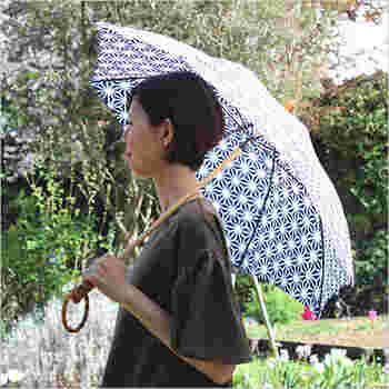 「SUR MER(シュールメール)」の傘は、和柄なデザインが綺麗な傘です*東京の下町の職人さんの手によって一つ一つ丁寧に作られ、和柄によく合う鮮やかなブルーカラーが美しい傘となっています♪