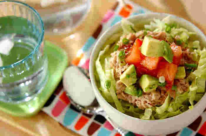 ツナとアボカド、トマト、レタスと合わせて簡単カフェ丼に!野菜たっぷり、サラダ感覚で食べられます。タレの味を変えたり、薬味を変えたり、具材をプラスしたり、お好みでアレンジしても◎
