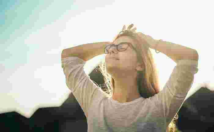 一生懸命に伸ばそうとするあまり、ストレッチをする時に無意識に息を止めてしまっていませんか? ふ~っと吐く息に合わせてストレッチをすると、体が伸ばしやすくなります。ただ呼吸にばかり気を取られて、ストレッチがおろそかになってしまってはいけないので、あまり考えすぎずに「呼吸を止めない」ということを意識するように心がけると良いでしょう。