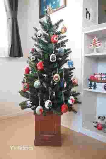 玉子型の発砲スチロールに、フェルトを巻き付けた玉子型ツリーオーナメント。リボンやビーズでクリスマスらしい模様に飾り付ければ完成です。