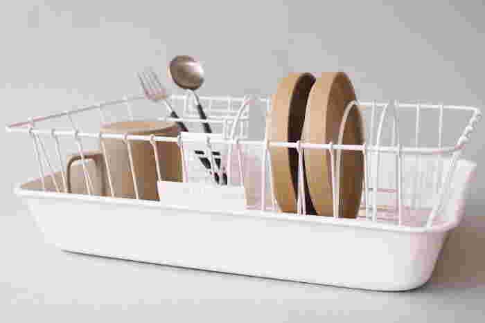 水切りかご、箸立て、皿立て、ほうろうトレイの4点すべてが揃ったセット。箸立て、皿立てはお好みの位置へ簡単に動かすことができて便利です。