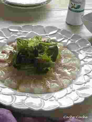 カルパッチョのソースは、オリーブオイルが基本ですが、こだわりのオイルを使うのも健康のためのいいアイデア。こちらは、オメガ3オイル使用。あえてシンプルに、鯛のおいしさを味わいましょう。