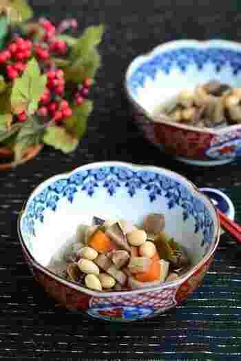 普段の食卓に出してもついついお箸がのびてしまうお惣菜の豆煮は、栄養も豊富なうえ、お弁当のちょっとした隙間を埋めるのに便利。大人弁当の一品にも喜ばれます。