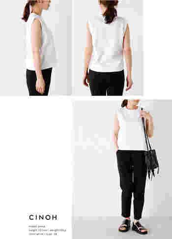 黒と白のみのカラーリングだとさらに引き締まって見えます。バッグとサンダルをブラックのレザーで合わせたミニマルコーディネート。