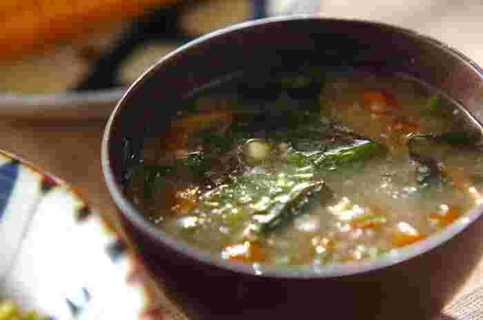 なめこのお味噌汁はお豆腐とネギが定番ですが、意外と面白い組み合わせでおいしくなることも。ヌルヌル食材のなめこに、同じくヌルヌルの長芋とわかめでお味噌汁に。とろとろとした食感がクセになりそうなお味噌汁は、寒い日にとくに嬉しいやさしい味わいです。