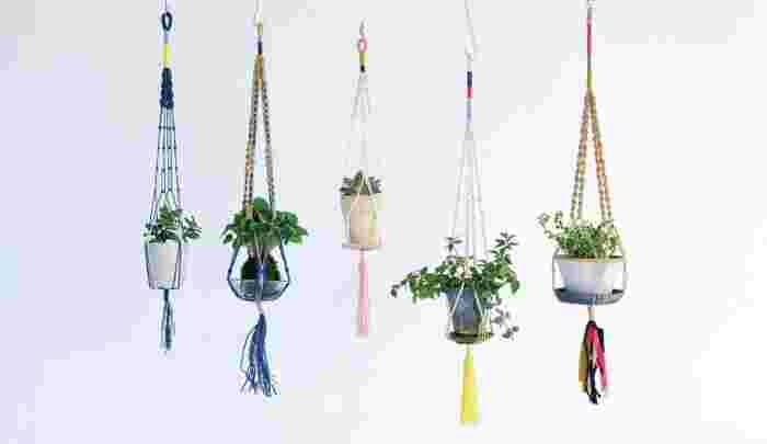 太めの糸を編んで作られたプラントハンガー。糸を使ったワークショップも定期的に行われています(画像提供:横田株式会社)