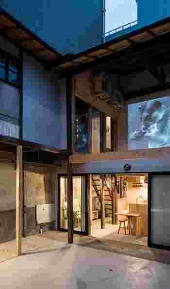 """阪急・大宮駅から徒歩で約5分ほど。こちらの「京都アートホステル クマグスク(KYOTO ART HOSTEL Kumagusuku)」は、""""アート""""と""""ホステル""""を組みあわせ、「展覧会の中に宿泊する」という新体験を提供するホステルです。"""