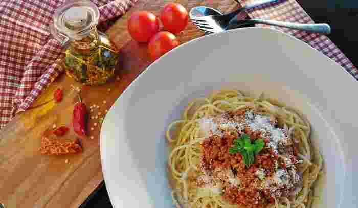 """トマト系、オイル系、クリーム系など、いろいろな味を楽しめるパスタ。さらに、入れる具材のことも考えると、パスタでも何通りもの種類を作ることができます。今回は、15分あれば作れる、""""まかない""""のようなパスタレシピをご紹介します。ランチやディナーに、サッと作って美味しいパスタをいただきましょう♪"""
