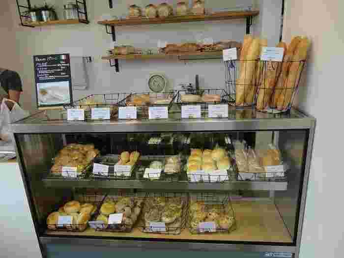小さめの店内には、天然酵母で作られたパンが並んでいます。バゲットからベーグルまで、毎日食べたいパンが勢ぞろい。