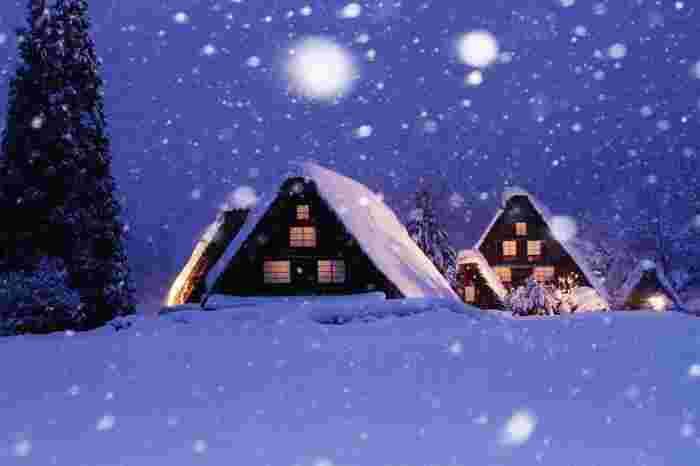 豪雪地帯である白川郷。雪景色も絵になり冬でも寒い中、大勢の観光客が訪れています。さらに毎年2月頃の週末には夜間ライトアップが開催され、絵はがきのような幻想的な光景を観ることができます。