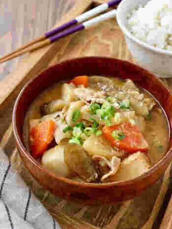 野菜がごろごろ入った豚汁は、酒粕を加えるぽかぽか度がアップ。厚揚げや根菜など食べ応えたっぷり充実の一杯です。