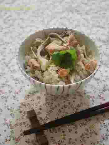 きのこの中でも香り豊かな舞茸と旬の鮭を使った、秋を詰め込んだような炊き込みご飯です。鮭の旨みがぎゅーとご飯に。これとお味噌汁だけでも、立派なご馳走になりますね。