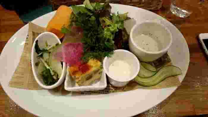 野菜たっぷりの前菜には大満足間違いなし。コスパの高いランチが楽しめます。