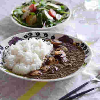 パラティッシのパープルは華やかな柄ですが料理の邪魔にはならず、上品な雰囲気があって◎。 コンソメスープなど模様が透けるお料理だと、パープルがさらに映えて食卓に彩りを添えてくれます。