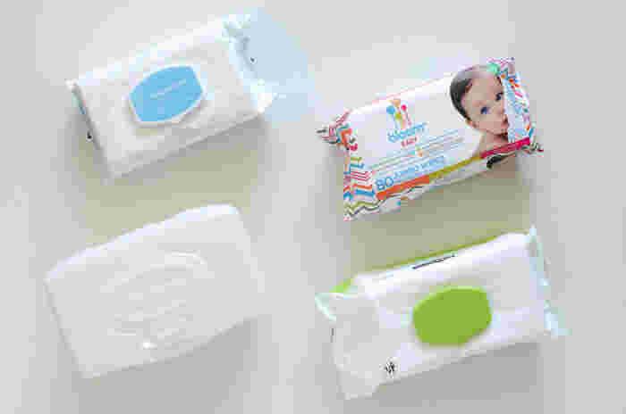ウェットティッシュには様々な種類がありますが、基本的にどのタイプもお掃除に使えます。赤ちゃんのお尻拭きなどでもOKですよ。ただし、掃除する場所によっては、アルコール入りのウェットティッシュを使わない方がいい場合があるんです。
