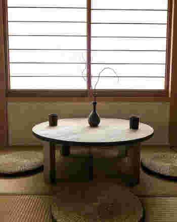 日本家屋の特徴とも言える畳の部屋。洋室に変えたいと思っても賃貸の場合では、規約のために洋室にリフォームすることができない場合もありますよね。  そんなときには和室はその良さを逆に活かすコーディネートをしてみるのがおすすめ。 和室の持つ真っ直ぐなラインの美しさや、天然素材を感じる風合いは、木のナチュラルな魅力を持つ北欧スタイルに意外にもマッチします。 選ぶのには和室のつくりを活かすロータイプの家具、そして色彩は畳の色合いと似合うやわらかなトーンがおすすめです。