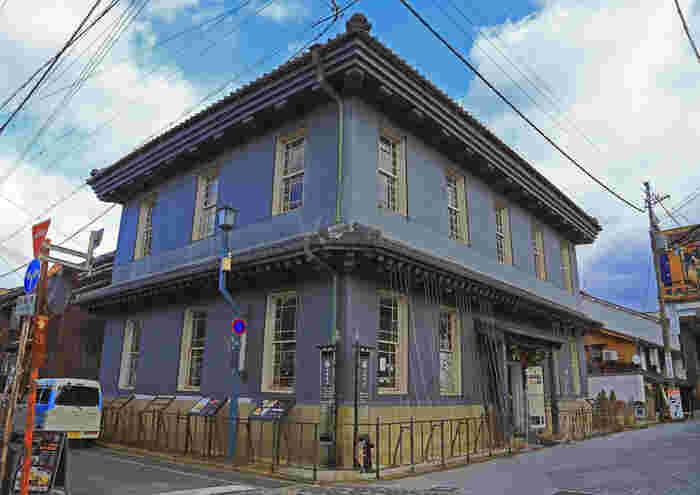 JR長浜駅周辺の旧市街地にある伝統的建造物群を生かした「黒壁スクエア」。 明治期から黒壁銀行の愛称で親しまれた銀行を改装した黒壁ガラス館を中心に、ガラスショップや工房・ギャラリー・体験教室・カフェなどが古き良き街並に点在しています。西日本最大のガラスアート街とも言われ、レトロモダンな雰囲気を楽しみながらいろいろな体験をできるのが魅力のスポットです。