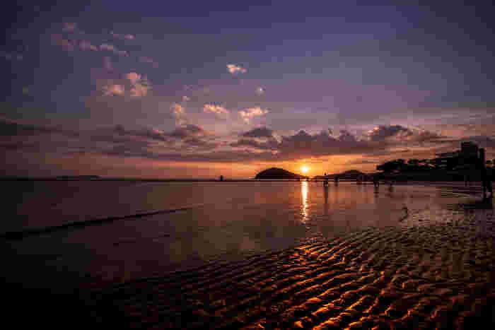 「日本のウユニ塩湖」と話題の父母ケ浜海岸。浜辺に現れる潮溜まりが天空を映し出す風景が圧巻で、夕景時に行くととてもロマンチックです。