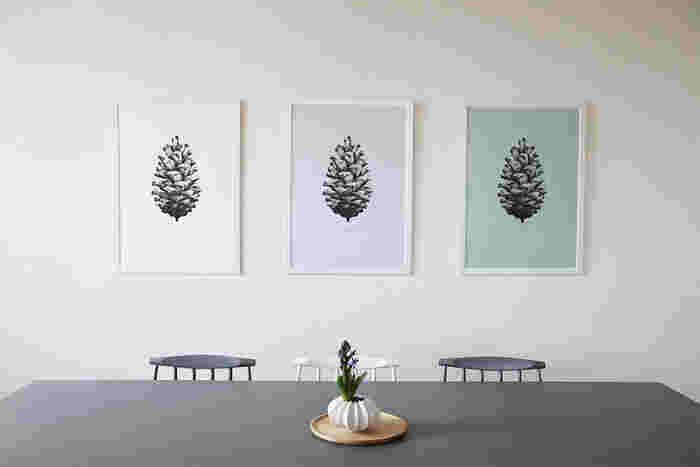 最近、お部屋のインテリアがなんだかパッとしないなあ…と悩んでいる方におすすめなのが、一枚あるだけで空間のイメージを変えてくれるポスターやファブリックパネル。センスよく飾れるコーディネートのポイントと共に、おすすめの作品をご紹介します。