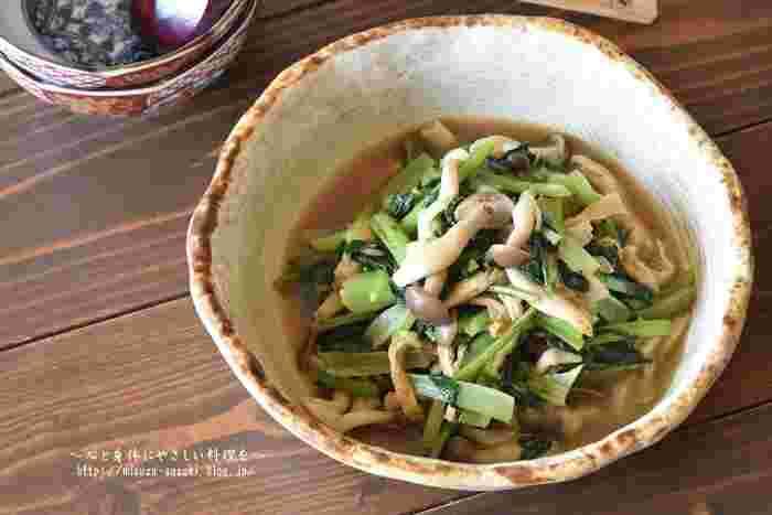 煮汁でサッと煮る小松菜の煮びたしですが、こちらのレシピは、最初に小松菜をごま油で炒めて作ります。炒めると味に深みとコクが出るのでひと手間かけてみてはいかがでしょうか。煮汁をよく切って入れればお弁当のおかずにも使えます。