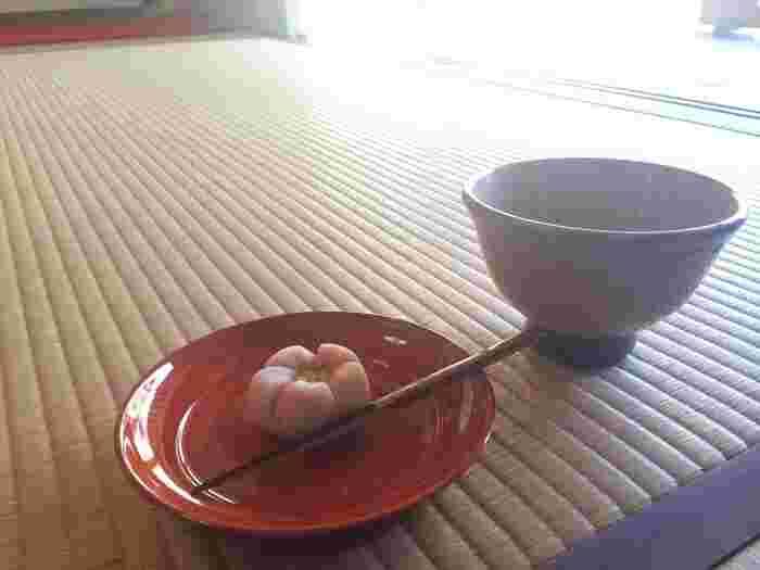 元々お茶室だった喜泉庵(きせんあん)では、お庭を眺めながらお抹茶や和菓子をいただくことができます。