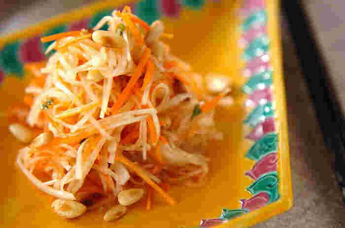 中華料理や、タイ料理やベトナム料理などのエスニック料理の副菜にピッタリの大根と人参、松の実で作るエスニックサラダ。ナンプラーや赤唐辛子、パクチーが入ったドレッシングが千切りにした大根によく馴染み、おつまみとしても美味しくいただけそう。