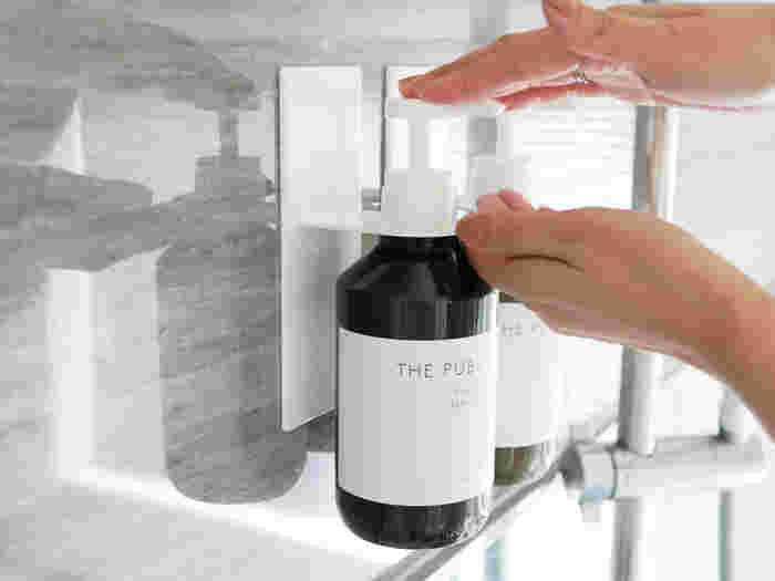 耐荷重約1kgの強力なマグネットを使用しているため、プッシュしてもズレない丈夫なつくり。ディスペンサーのサイズが合わないときのために大小の補助リング穴も付いています。ホワイトとブラックの2色展開で、浴室に合わせて選べます。