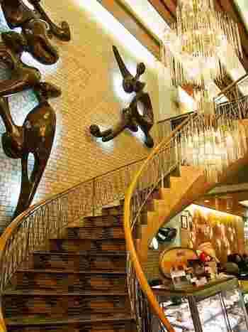 """昭和のバブル期を彷彿させる""""きらびやか""""な装飾が、なんとも言えず懐かしい雰囲気です。1946年創業の老舗「純喫茶アメリカン」。"""