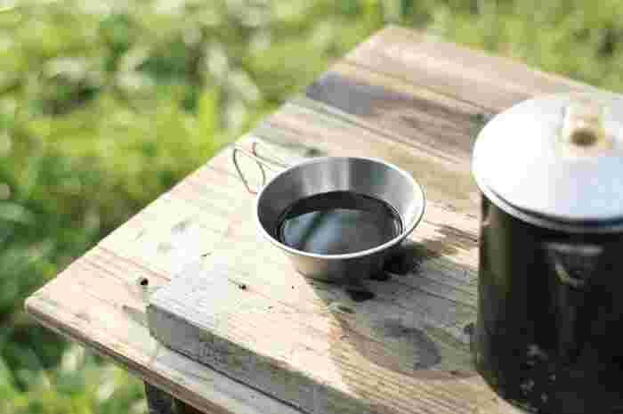 シェラカップのサイズはさまざま。200~300mlならコップや取り分け皿として使いやすく、また400~600mlの容量がある大型なら調理に適しています。ふきこぼれを防ぐには、大きめがおすすめです。