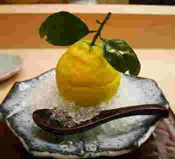 果物や菓子のことを水菓子といいます。 盛り付けを崩さないように美しく食した後は、濃茶を頂いて終了です。  写真は見た目も涼やかな、三宝柑のゼリー。