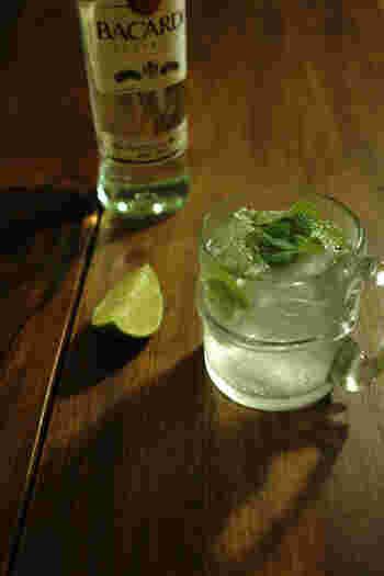 【材料】  冷えたグラス 1個 ライム 1/4個 ガムシロップ 15ml ホワイトラム 30ml 炭酸水 100ml ミント 10枚以上